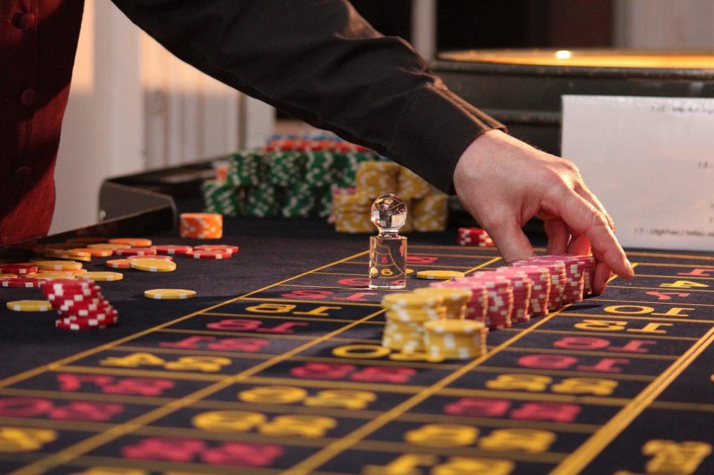 En İyi Bahis Siteleri Oyun Hizmetleri Online oyun hizmetleri için tasarım ve altyapı çalışmalarını tamamlayan bahis siteleri oyun hizmetlerinde çeşitliliğe önem veriyorlar. Online olarak sunulan oyun hizmetlerinin kalitesi ve üyelere çok kazandırma seçenekleri bahis sitelerinin en iyi olmalarını sağlıyor. En iyi bahis siteleri oyun hizmetleri seçenekleri spor bahisleri ve casino oyunları aynı çatı altında gösteriliyor. Üyelik hesabı giriş işlemlerinden sonra her oyuncu oyun kategori başlıklarını kullanarak istedikleri oyun türlerine ulaşabiliyor. En İyi Bahis Sitesi Ödeme Yöntemleri Bahis siteleri, ödeme yöntemleri listesini geniş tutarak üyelerinin daha kolay işlemler yapmalarını sağlıyor. En iyi bahis siteleri, güvenilir ödeme yöntemlerini kullandığı için ödeme işlemlerinde de üyelerinin güvenini kazanıyor. Ödeme yöntemleri, banka hesabı, kripto para, kredi kartı ve sanal ödeme kartı seçeneklerinden oluşuyor. Oyun kazançlarının 5 dakika gibi kısa sürede yapılıyor olması, bahis sitelerinin güvenilir ve en iyi olmasını destekliyor.